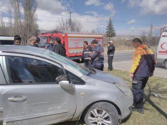 Otomobiller Çarpıştı: 3 Yaralı