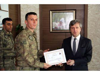 Vali Çınar'dan Operasyondaki Askere Takdirname