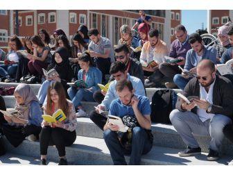 Bilecik Şeyh Edebali Üniversitesinde Kitap Okuma Etkinliği Düzenledi