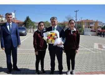 Balıkesir Valisi Ersin Yazıcı, Edremit'te Kitap Okuma Etkinliğine Katıldı