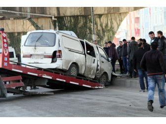 Servis Minibüsüyle Panelvan Araç Çarpıştı: 4 Yaralı