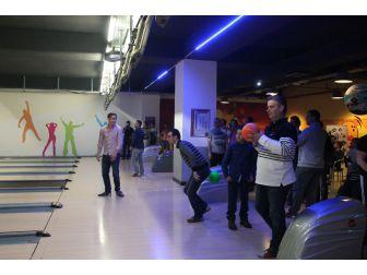 Uedaş Çalışanları Bowling Oynayarak Stres Atıyor