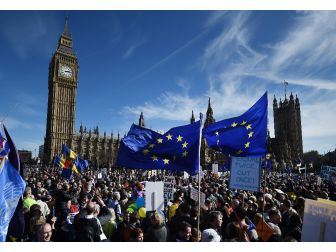 """İngiltere'de """"Ab"""" Protestoları Sürüyor"""
