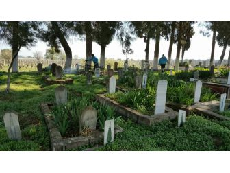 Manisa Genelinde Mezarlıklar İlaçlanıyor