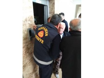Asansörde Mahsur Kalan Adam Kurtarıldı