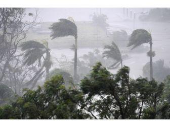 Kuvvetli Rüzgar Ve Yağmur Avustralya Airlie Plajını Vurdu