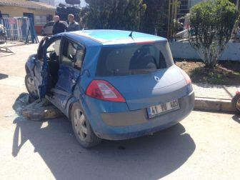 Manevra Yapan Otomobile, Tır Çarptı: 1 Yaralı