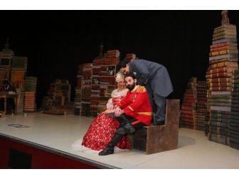 Tiyatro Severler Gkm'yi Doldurdu