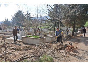 Yarbaşı Mezarlığı Temizlendi