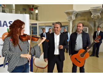 Uysal'dan Duacı'daki Öğrencilere Müzik Aleti