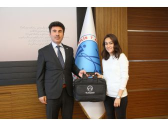 Satranç Turnuvasında Dereceye Giren Öğrencilere Ödülleri Verildi