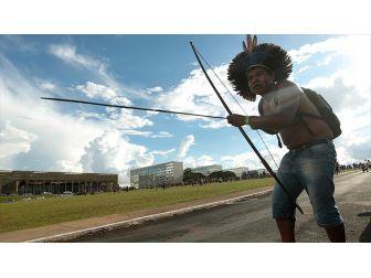 Brezilya'da Amazon Yerlileri Polisle Çatıştı