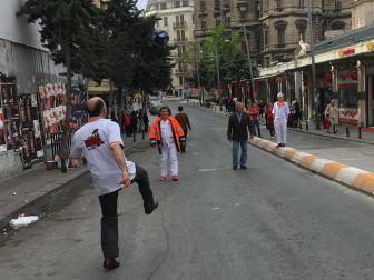 Taksim Esnafı Müşteri Bulamayınca Top Oynadı