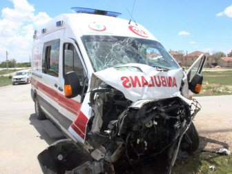 Konya'da Vakaya Giden Ambulansla Otobüs Çarpıştı: 3 Yaralı