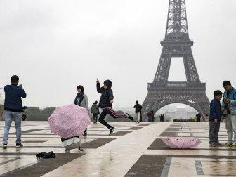 Japon Turistlerin Eyfel Manzaralı Selfie Keyfi