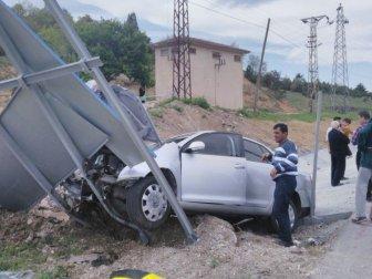 Bilecik'te Otomobil Trafik Levhasına Çarptı; 1'i Çocuk 3 Yaralı