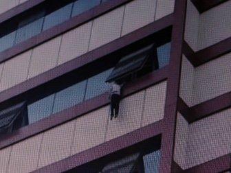 Pencerede Asılı Kalan 5 Yaşındaki Çocuk Son Anda Düşmekten Kurtuldu