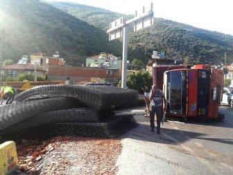 Söke-Milas Karayolunda Demir Yüklü Kamyon Devrildi