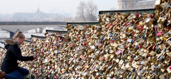 """Uzun yıllardır popüler olan Paris'teki """"Aşk Kilitleri"""" geleneği sona erdi!"""