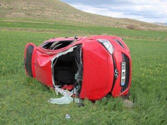 Sivas'ta Öğretmenleri Taşıyan Otomobil Tarlaya Devrildi: 3 Yaralı