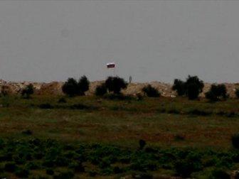 PYD'nin Sınıra Çektiği Suriye ve Rus Bayrakları Silahlı Kişilerce Tarafından Korunuyor