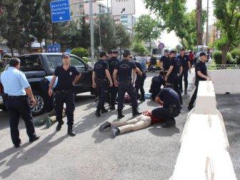 Adıyaman Valiliği Önünde İki Grup Arasında Bıçaklı Kavga: 7 Gözaltı