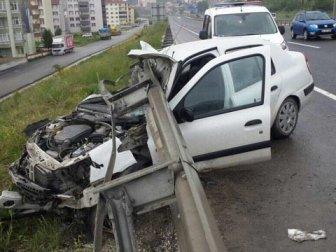 Bilecik, Bozüyük'te Otomobil Bariyerlere Çarptı, 4 Yaralı
