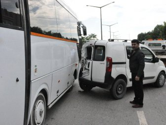 Gebze'de Servis Aracı Önündeki Üç Araca Çarptı: 1 Yaralı