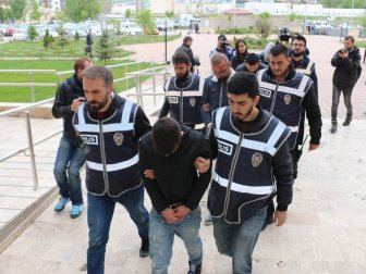 Sivas'ta ATM'ye Kart Kopyalama Cihazı Yerleştirilen 4 Şüpheli Yakalandı