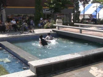 Çorum'da Sıcaktan Bunalan Çocuklar Süs Havuzunda Serinledi