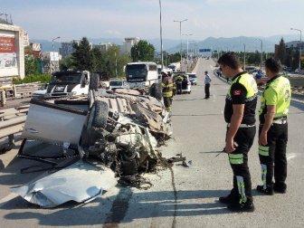 Kocaeli'de Freni Kilitlenen Kamyona Otomobil Çarptı: 1'i Ağır 4 Kişi Yaralı