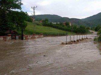 Kastamonu'da Etkili Olan Sağanak Yağış Tarım Arazilerine Zarar Verdi