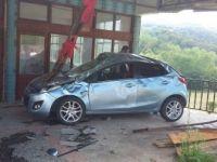 Zonguldak'ta Otomobil Evin Terasına Uçtu: 2 Yaralı