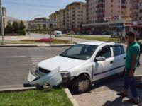 Malatya'da Direksiyon Hakimiyetini Kaybeden Sürücü Refüje Çarptı: 4 Yaralı