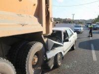 Diyarbakır'da Bir Otomobil Kamyonun Altına Girdi: 1'i Ağır 3 Yaralı