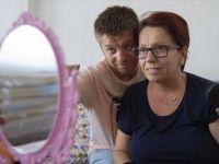 Babası İçin Okulunu, Annesi İçin İşini Bıraktı! Şimdi Annesine Konuşmayı Yeniden Öğretiyor