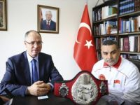 Türk Boksör Durmuş Karakuş Kemerini Filistin'e Armağan Etti