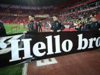 A Milliler Isınmaya 'Hello Brother' Yazılı Pankartla Çıktı