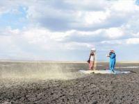 Kuruyan Kuyucuk Gölü'nde Rüzgara Karşı Tahıl Savurdular