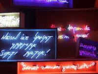 Neon'ları Konuşturan 'Absürt' Sergi Ziyaretçilerini Bekliyor