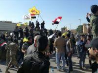 Iraklı Protestocular ABD'nin Bağdat Büyükelçiliği Binasını Basarak İçeri Girdi