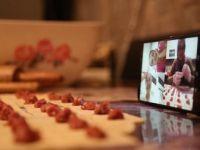 Hayatı Eve 'Günleri' Görüntülü Sohbete Sığdırdılar