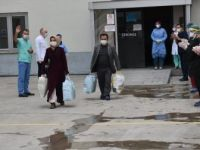 Erzurum'da Kovid-19 Tedavisi Gören 20 Kişi Hastaneden Alkışlarla Taburcu Edildi