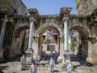 Antalya'da 'Sosyal Mesafe'yle Çöp Topladılar