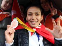 Türk kadın boksörden dünya 3'üncülüğü