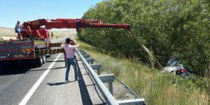 Sivas'ta otomobil uçuruma yuvarlandı: 3 kişi..