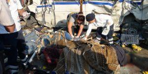 Sakarya'da kireç yüklü TIR, fabrika servisine çarptı: 2 ölü, 9 yaralı