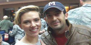 Adanalı Genç İncirlik'te Ünlü Oyuncu Scarlett Johansson'la Fotoğraf Çektirdi