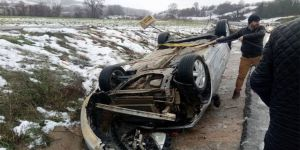 Sakarya'da kaygan yolda otomobil takla attı: 2 yaralı