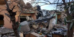 Samsun'da Yıkım Sırasında Ev Çökünce İş Makinesi Devrildi
